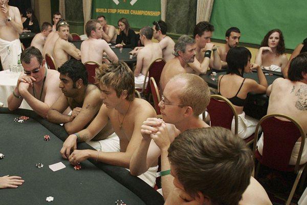 Arrêté pour avoir organisé des parties de Strip Poker dans un camp de naturistes