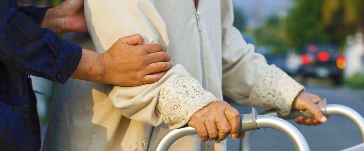 Un sans-papier aide une vieille dame à traverser, il est reçu à l'Élysée et est promu chef scout