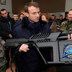 Emmanuel Macron a acheté un fusil à eau à 12.000 euros pour jouer dans sa piscine à Brégançon