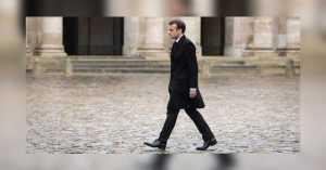 En solidarité avec la marche des libertés, Emmanuel Macron s'est promené 5 minutes dans la cour de l'Élysée