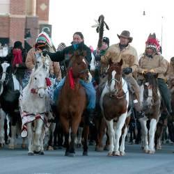 Far West à Nantes : des bandes ethniques amérindiennes font des rodéos en ville