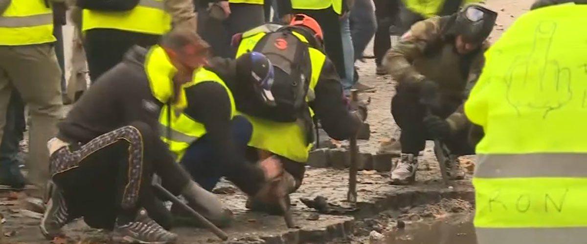 Paris : les Gilets Jaunes réparent généreusement les rues endommagées par le passage des blindés militaires