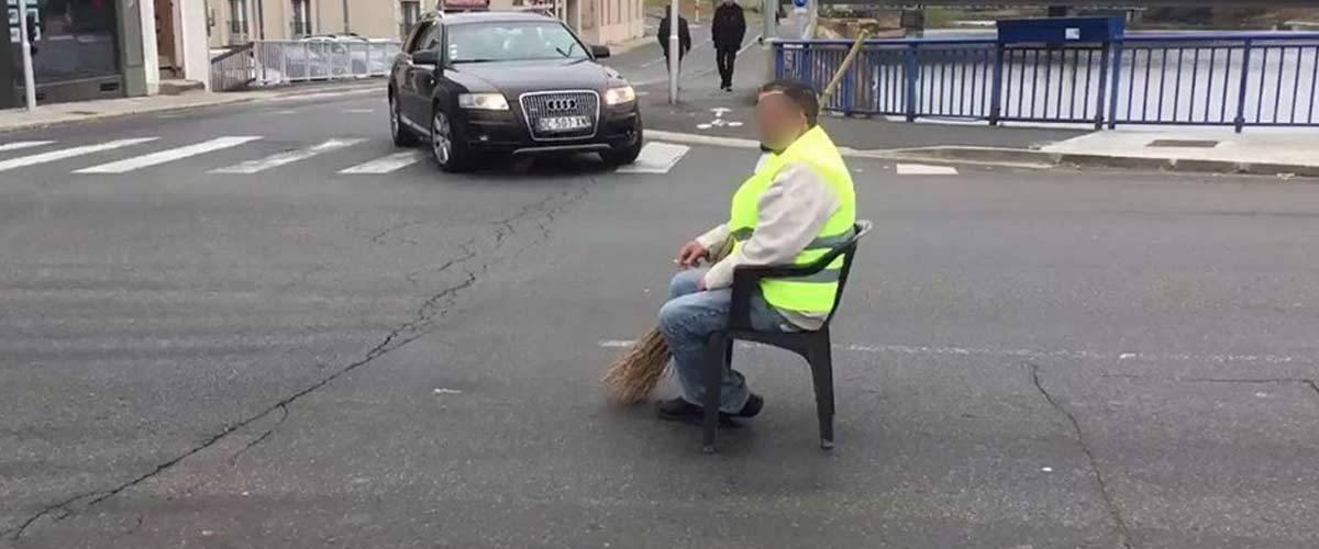 ACTE 6 - Les Gilets Jaunes restants bloqueront le rond-point à l'entrée du Cheylard en Ardèche