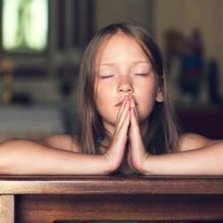 """Nouvelle prière du Notre Père : """"Au nom du parent 1, de l'enfant 1 et du Saint-Esprit non-binaire, Amen !"""""""