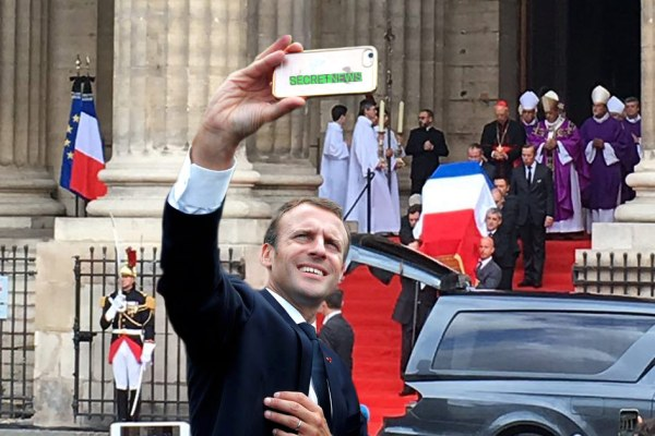 L'étonnant selfie d'Emmanuel Macron lors de l'hommage à Jacques Chirac