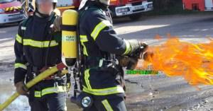 Les pompiers transforment leurs lances à eau en lance-flammes pour affronter les CRS