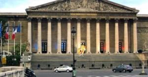 """""""7240 €/mois, est-ce suffisant pour vivre ?"""" : un député s'immole devant l'Assemblée nationale"""