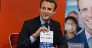 Emmanuel Macron offre son livre à ceux qui n'ont plus de papier toilette