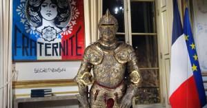 Pour économiser des masques, Emmanuel Macron porte l'armure des rois de France