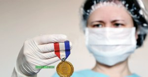 """Les soignants vendent leurs """"médailles du Covid"""" pour acheter des masques homologués"""