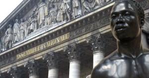 La statue de Colbert déboulonnée et remplacée par une statue de Adama Traoré