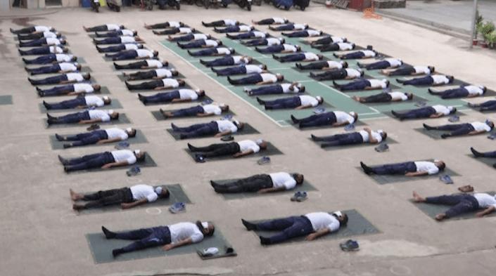 police-yoga Violences policières : les sports de combat dans la police remplacés par du yoga