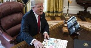 Donald Trump envoie une lettre au Père Noël pour le supplier de lui rendre la présidence