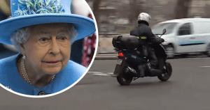 Emmanuel Macron aperçu en scooter devant le domicile de Elizabeth 2