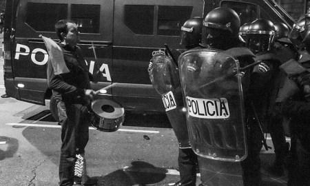 Tocando el tambor ante la policía, durante las Marchas de la Dignidad del 22M. Foto de Alberto Palma