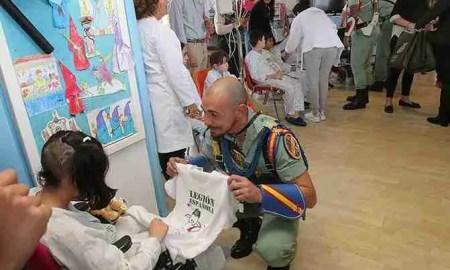 La Legión canta 'Soy el novio de la muerte' a los niños con cáncer