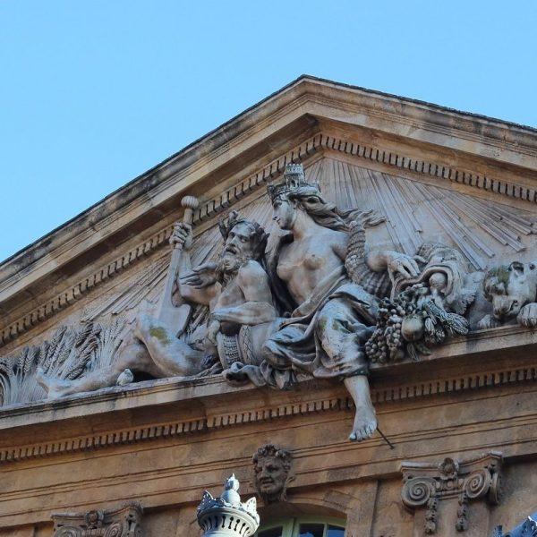 Fronton de la place de la mairie d'Aix