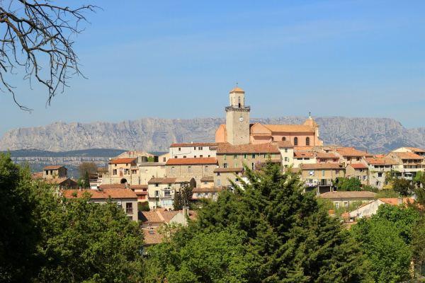 Village de Fuveau et la montagne Sainte-Victoire
