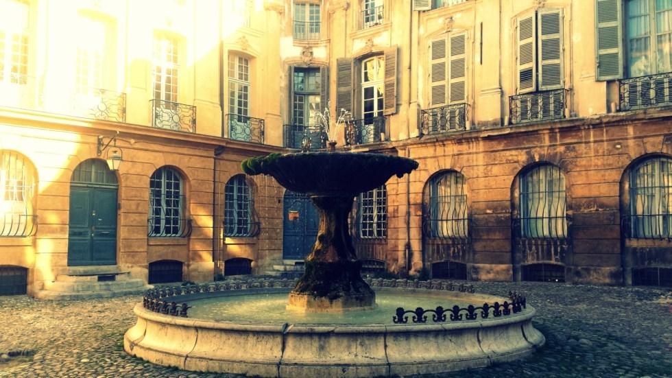 Place d'Albertas et sa fontaine, lieu incontournable d'Aix