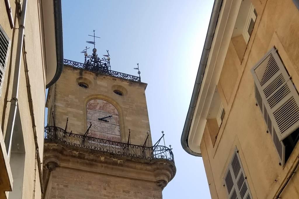 Tour de l'horloge vue de la rue Saporta