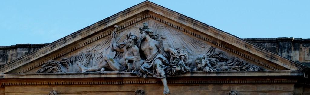 Fronton représentant une allégorie de la Provence sur l'ancienne halle aux grains d'Aix-en-Provence, place de l'hôtel de ville