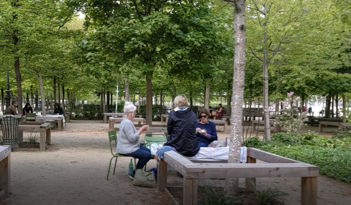 Women playing cards at Tuileries