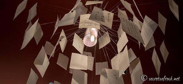 Eine Designerlampe der besonderen Art im Buchladen Dreizehneinhalb