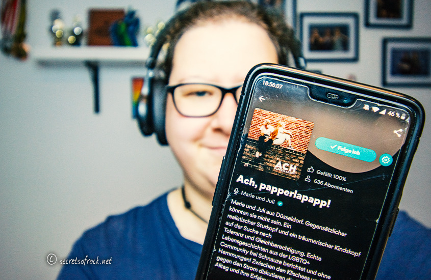 "Artikelbild zur Rezension des Podcast ""Ach. Papperlapapp"""