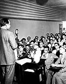Hubbard recor�a los Estados Unidos brindando conferencias sobre Dianética