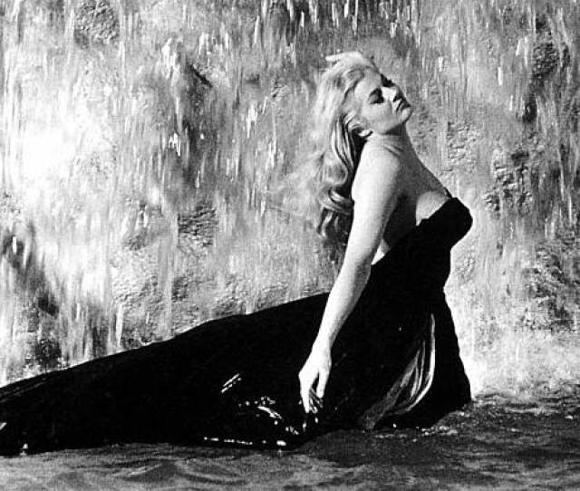 Anita Ekberg In The Trevi Fountain Alamy
