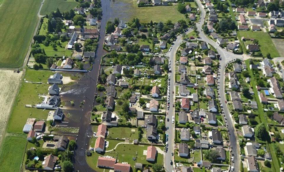 Survol d'une ville inondé