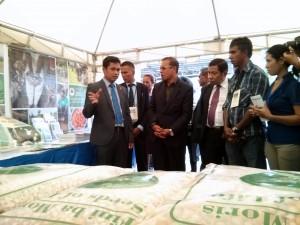 Ministro Sabino koalia hela ho Prezidente no staff MAP-SoL iha stand Seeds of Life nian