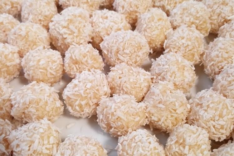 Kokos-Pralinen mit weißer Schokolade