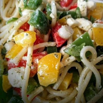 Spaghetti-Salat mit Feta und Gemüse