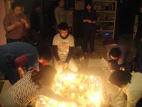 P5夥伴們一起點燃神聖蠟燭,火焰瞬間照亮所有人的心。