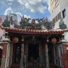 小媽祖廟,門口對聯超級嗆。 鳳凰的喙珠