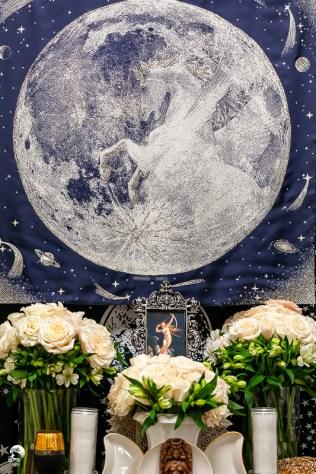 三代月神一起降臨前,我們將儀式場地布置完成,滿滿的白玫瑰是女神最愛的聖花,雪白的長燭將見證女神的臨在。