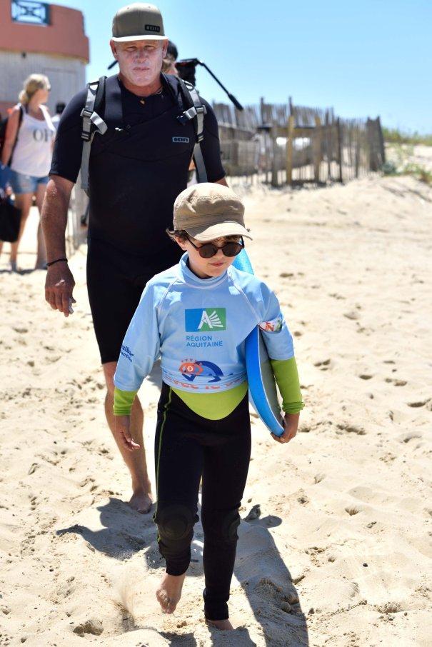 Noé et Yann Martin sur la plage en direction de l'océan