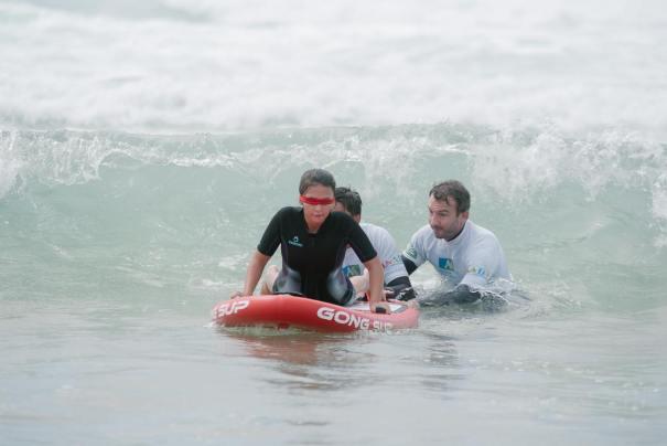 Jérémie était également présent sur l'après-midi de sensibilisation à la pratique du surf pour les personnes non ou mal-voyantes durant le Caraïbos Lacanau Pro de 2018
