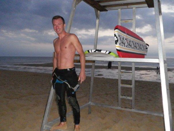 Jérémie est un surfeur passionné de l'océan