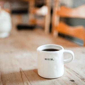 Tasse sur table en bois