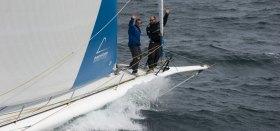 """Iker Martinez und Xabi Fernandez grüßen bei der Passage von Wellington vom Bug der """"Mapfre"""""""
