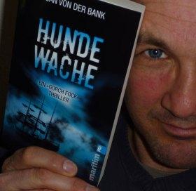 """Jan von der Bank mit seinem neuen Thriller """"Hundewache"""". © Ullstein"""