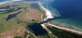 Der Nothafen Darßer Ort aus der Luft. Bei den üblichen westlichen Windrichtungen ein guter Ankerplatz. © WWF