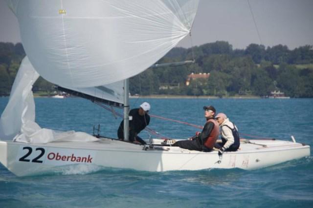 Stuart Walker liegt bei der Soling EM mit seiner österreichischen Crew nach drei Rennen in Führung. © Gert Schmidleitner