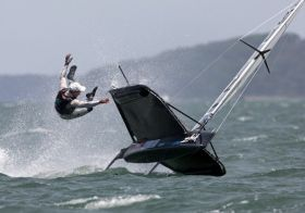 Bestes Rennsegelfoto 2011. Thierry Martinez gelang der spektakuläre Schuss von Moth Weltmeister Nathan Outteridge. © Th. Martinez