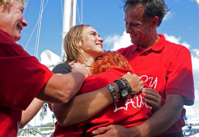 Vater Dick Dekker ist einer der ersten Gratulanten. Er hat viele Kämpfe für seine Tochter ausgefochten. © lauradekker.nl