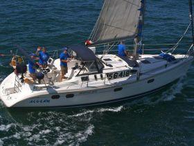 """Die Crew der Hunter 376 """"Aegean"""" beim Start zum Rennen in Newport Beach. © Susan Hoffman"""