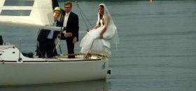 Die Braut hübsch drapiert im J/24 Heckkorb auf der Alster. © D. Thompson