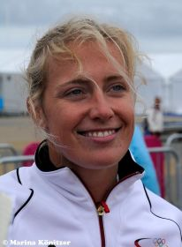 Moana Delle kann wieder lachen. Windsurfen bleibt olympisch. © Marina Könitzer